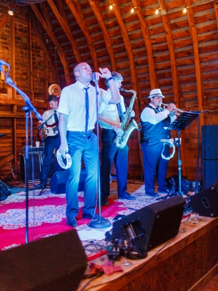 Band in Barn